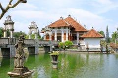 水宫殿和桥梁在巴厘岛 图库摄影