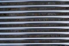 水平地被安置的不锈钢管高科技门面,铁纹理 库存图片