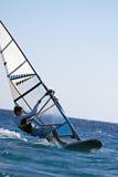 水平地mooving的风帆冲浪者的侧视图 图库摄影