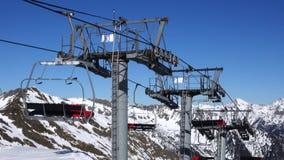 水平的全景 许多人开始滑雪在一个穿着考究的滑雪倾斜在滑雪场 太阳发光和 股票视频