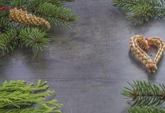 水平的圣诞节装饰框架冷杉分支和秸杆心脏 库存图片