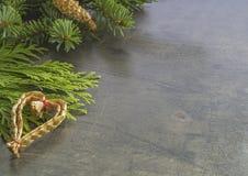 水平的圣诞节装饰框架冷杉分支和秸杆心脏 免版税库存照片