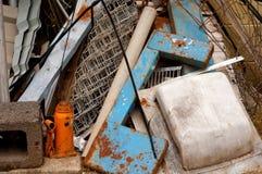水平的旧货金属堆报废 库存照片