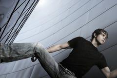 水平的男性模型姿势 免版税库存照片