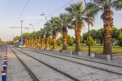 水平的透视射击了在运动的电车轨道与步行石头在日落时间在伊兹密尔在土耳其 库存图片