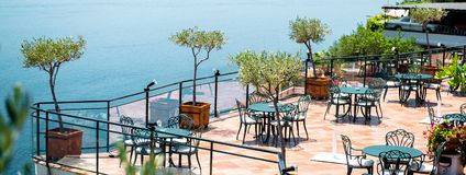 水平的阿马飞海岸的,意大利南部imag空的露天餐馆 免版税库存照片