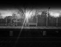 水平的黑白铁路城市长凳背景 免版税库存图片