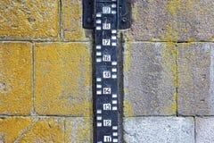 水平面对石墙的测量附上 免版税库存图片