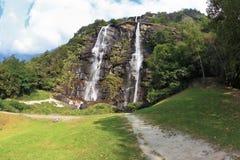 水并行流在一个绿色山坡的 库存照片