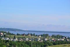 水库的岸的村庄 图库摄影