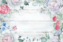 水彩与玫瑰和florals的喜帖模板在破旧的木纹理 免版税库存图片