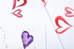 水彩心脏和五颜六色的水彩在白皮书弄脏 免版税库存照片
