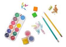 水彩油漆、树胶水彩画颜料、橡皮擦、两支铅笔和其他学校辅助部件 库存照片