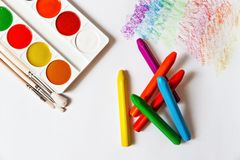 水彩油漆和蜡笔在白皮书 免版税库存照片
