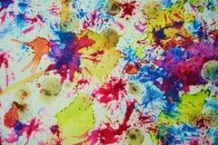 水彩紫罗兰色斑点、五颜六色的迷离蜡状的五颜六色的形状和闪耀的光,抽象背景 库存图片
