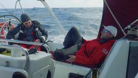 水手早晨四至八时的守望的驾游艇者在驾驶舱内 股票录像