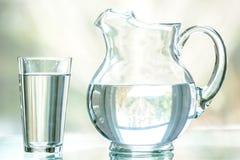 水投手和玻璃 库存照片