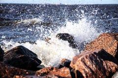 水攻击一块石头 免版税库存图片