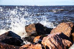 水攻击一块石头 免版税库存照片