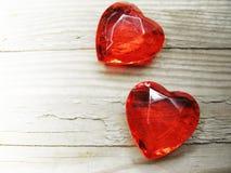水晶两宝石心脏华伦泰` s天爱假日概念后面 库存图片