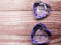 水晶两宝石心脏华伦泰` s天爱假日概念后面 免版税库存图片