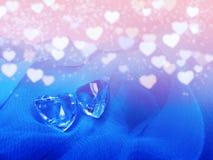 水晶两宝石心脏华伦泰` s天爱假日概念后面 图库摄影