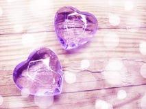 水晶两宝石心脏华伦泰` s天爱假日概念后面 库存照片