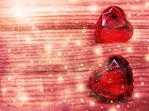 水晶两宝石心脏华伦泰` s天爱假日概念后面 免版税图库摄影
