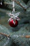 水晶剥落和红色地球在圣诞树 免版税库存照片