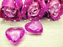 水晶宝石心脏玫瑰花束华伦泰` s天爱假日co 库存照片