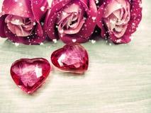 水晶宝石心脏玫瑰花束华伦泰` s天爱假日co 库存图片