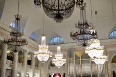 水晶枝形吊灯在爱好音乐的圣彼德堡 免版税库存图片