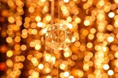 水晶枝形吊灯线的抽象图象金刚石装饰在金光bokeh的 免版税库存图片
