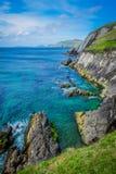 水晶水和岩石岸 免版税库存图片