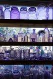 水晶玻璃和瓶子品种在架子 免版税库存图片