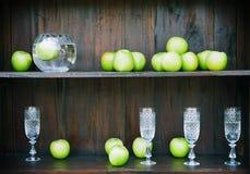 水晶玻璃和绿色苹果 免版税库存照片