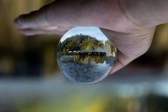 水晶球,里面是喷泉温泉城地标在Raksawari 免版税库存照片