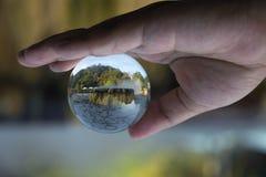 水晶球,里面是喷泉温泉城地标在Raksawari 库存照片
