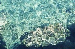 水晶鲜绿色水背景 清楚的水晶海在蓝色盐水湖,科米诺岛,马耳他 库存图片