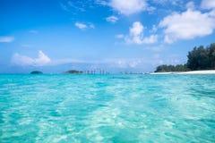 水晶鲜绿色海波浪波纹在安达曼海 库存照片
