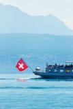 水有瑞士旗子的轮渡船在莱芒湖洛桑 免版税库存照片