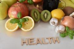 水果、蔬菜和杯子与题字`健康`的甜菜根汁 免版税图库摄影