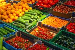 水果和蔬菜品种在店面在市场上 免版税图库摄影