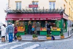 水果和蔬菜商店澳大利亚马尔什de la Butte在蒙马特地区,巴黎,法国 库存图片