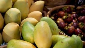 水果和蔬菜在土气摊位 分类了新鲜的成熟在土气东方摊位安置的水果和蔬菜  影视素材