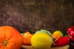 水果和蔬菜在土气桌上 健康的食物 图库摄影