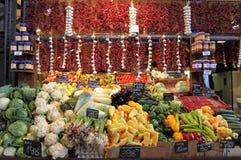 水果和蔬菜在市场摊位 图库摄影