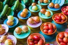 水果和蔬菜在市场摊位 免版税库存照片