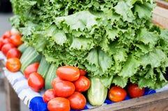 水果和蔬菜在桌上 免版税库存照片