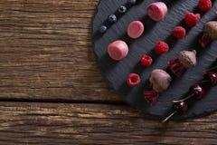 水果和蔬菜在砧板 免版税图库摄影